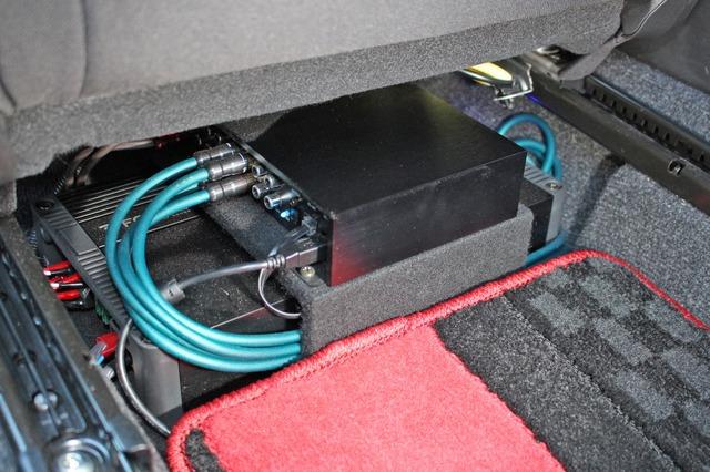 シート下にはフォーカルのパワーアンプFPX4.400SQとプロセッサーであるFSP-8を積み重ねるようにしてコンパクトに設置。