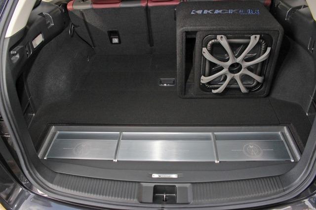 ラゲッジ後部にパワーアンプをビルトイン。カバーを被せればこの部分もプロテクトされ荷物の積載も可能だ。
