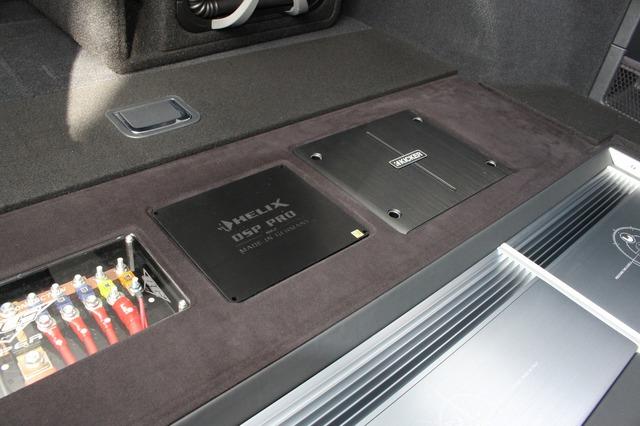 ラゲッジの奥にはDSP PRO mkIIとキッカーのパワーアンプ・IQ1000.1をビルトイン。