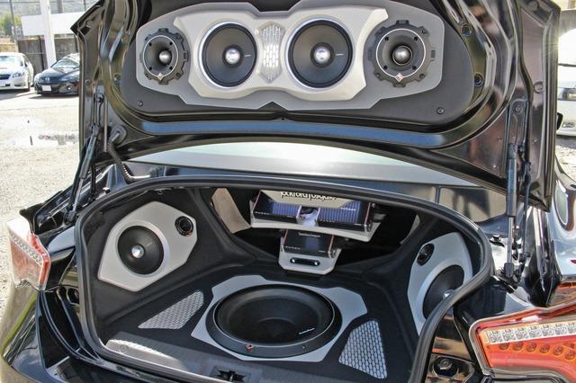 サイドウォールのパンチプロ2ウェイのバッフルなどトランクを前後につなげるデザイン処理で奥行き感をしっかり感じさせる。