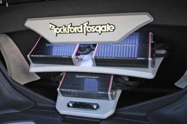 パンチPBRシリーズのパワーアンプ3台をインストールするトランク最奥部。シルバーカーボンを使ったパネル処理でメリハリを付ける。