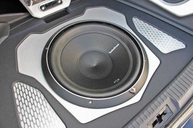 フロアにフラットインストールされているロックフォードのP1S2-12。フロアと一体化するシルバーカーボンのパネルも美しい。