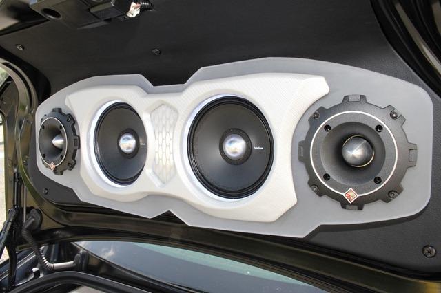 トランクリッドには外向きスピーカーをずらっと並べる。デザイン的にもサウンド的にもインパクト十分な処理だ。