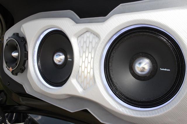 バッフル面はシルバーカーボンでフィニッシュ、センター部にはアクリルとハニカムメッシュを用いたカスタム処理も加える。