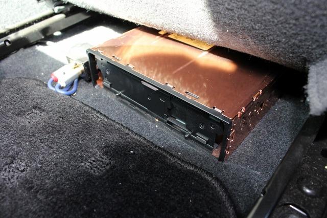 DEH-P01の本体は分離してシート下に設置されている。操作/表示部を任意の場所に取り付けるさための裏技だ。