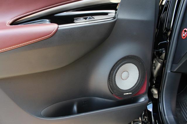 オーナーもお気に入りのドアのアウターバッフル。ドアの純正ラインを崩すこと無く、スマートにフィットするデザインが秀逸。