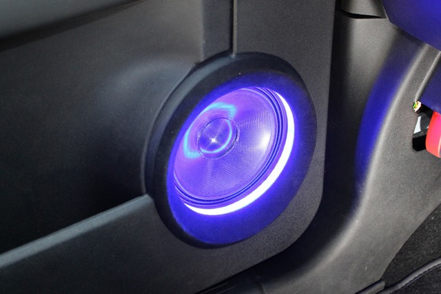 フロントスピーカーにはカロッツェリアのTS-V173Sをチョイス。カーボン振動板を照らし出すイルミが効果的。