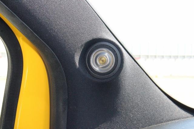 TS-V173SのトゥイーターはAピラーにビルトイン取り付け。ピラーを加工して角度付けするなど、取り付けクオリティも高い。