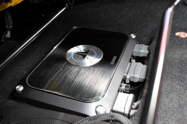 シート下に設置されているJLオーディオのDSPアンプであるVX600/6i。内蔵パワーアンプの能力の高さも定評のモデル。