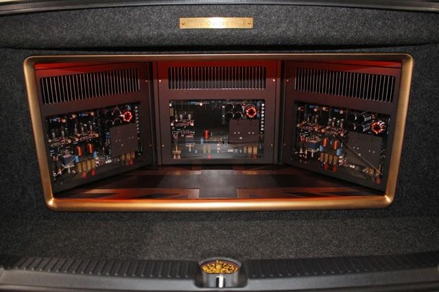 ゴールドのグリルが印象的なアンプラック。3台のAspire Proを扇状にレイアウトしたデザインも美しい。