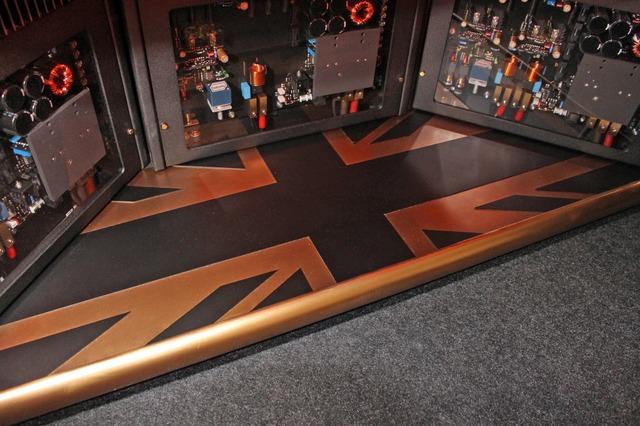 パワーアンプの取り付けスペースのフロア面には、このようにユニオンジャックのデザインが施されている。