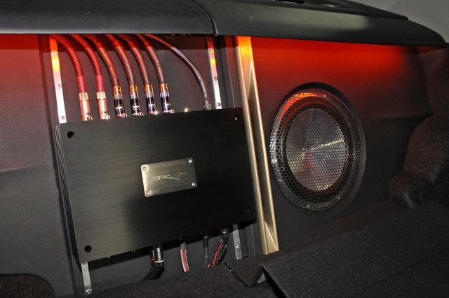 リアシート背面にはこのようにプロセッサーとサブウーファーをインストール。ムダの無いインストールスペース効率を高める。