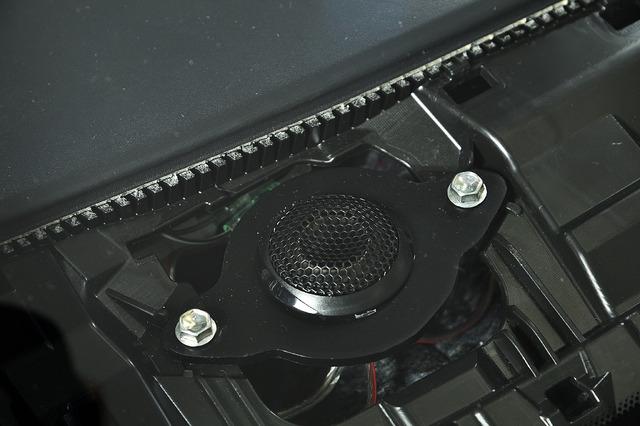 ダッシュボード奥の純正位置に付属マウントを使用してツイーターを設置