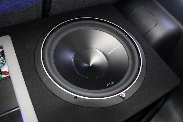 サブウーファーは兄から譲り受けたロックフォードのP3。低音の厚みとなりっぷりにこだわり15インチサイズを使用する。