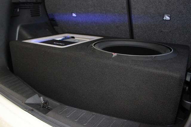 エンクロージャー容量を少しでも稼ぎ出すために厚みを持たせたボックス。存在感満点のインストールが完成した。