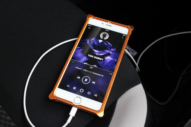 音源は普段から使っているiPhone。すべての音源を持ち歩き、クルマでも普段使いでもフル活用している。
