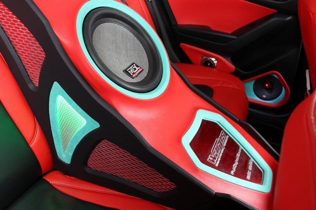 MTXのサブウーファーをビルトインしたボックスや30Lの容量を確保し、狙い通りのパワフルな低音を響かせる。