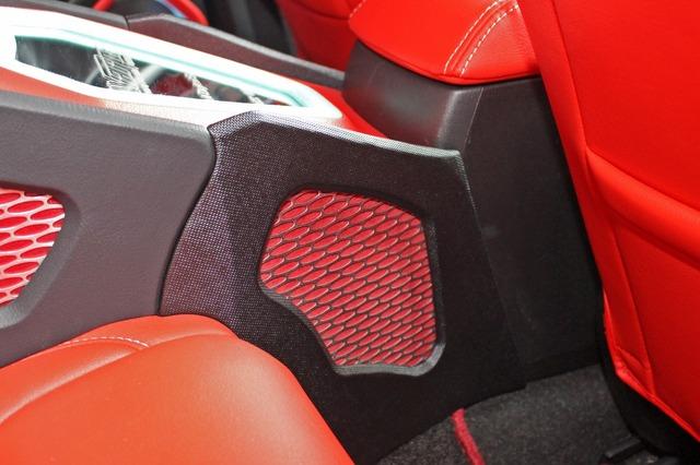 ボックスは後席のシートバックとフロントシートのセンターコンソールに挟み込むようにして固定されている。脱着も可能だ。