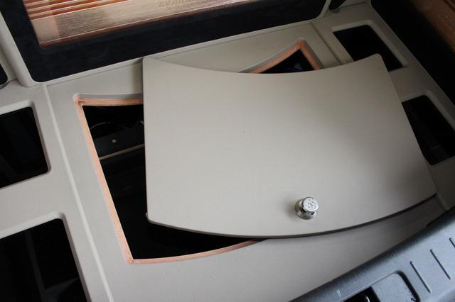 トランクのフロア面にはメンテナンスリッドを設けてある。開閉することで床下のケーブル類などをメンテ可能だ。