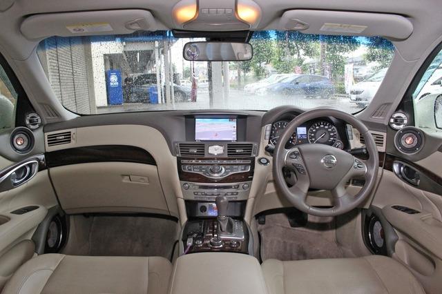 左右のツイーター&ミッドレンジの取り付けは非対称デザインを採用。運転席で最良の特性を引き出すためのインストールだ。