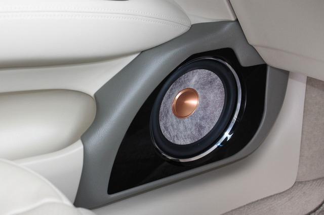 ドアのアウターバッフルはかなり個性的。光りモノを使うこと無くキラキラ感を出すためアルミを磨き上げたリングを使っている。