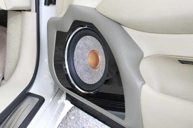 バッフル面にはピアノブラックを採用。フラックスのスピーカーのカッパー色のダストキャップなどデザインは変化に富んでいる。