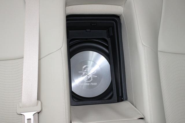 リアシートのトランクスルーから振動板をのぞかせているのがグラウンドゼロのサブウーファーGZHW30。