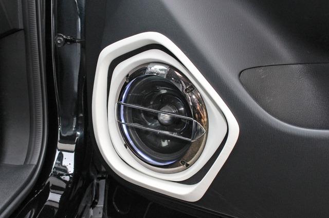 スピーカーにはロックフォードのT2652-Sをチョイス。グリルは純正パーツを使ってスピーカーを保護しつつデザイン性も重視する。