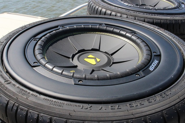 タイヤの中を見るとキッカーのサブウーファー・CWC124が設置されている。オーディオプロショップならではのアイデアだ。