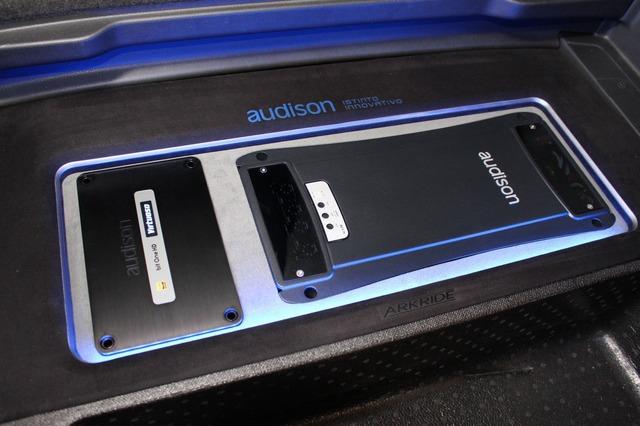 オーディソンのパワーアンプとプロセッサーをレイアウトしたラゲッジのオーディオラック。バランスもデザインセンスもピカイチ。