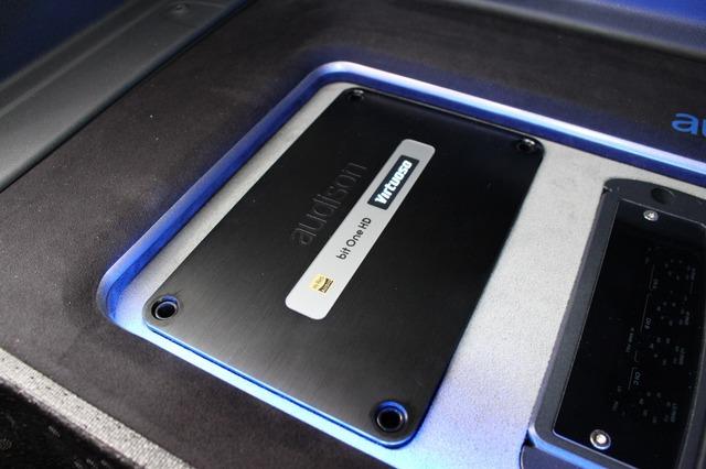 オーディオソンの最新プロセッサーとなるbit one HDヴァーチュオーゾをインストール。サイズ感もピタリと決まる。