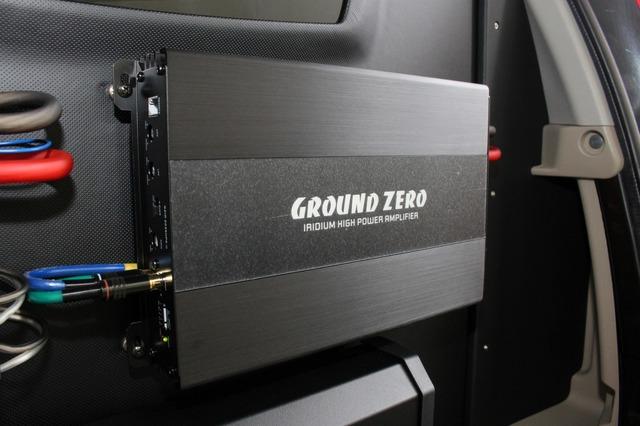 上部にはグラウンドゼロのGZIA 4115HPXをインストール。ブラックのフェイスパネルが漆黒のウォールに溶け込む。