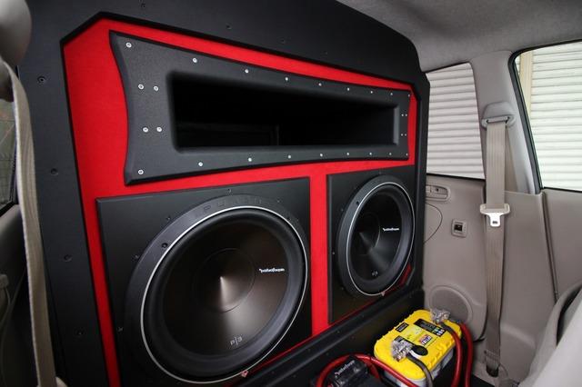 キャビン側からボックスを見ると車室内いっぱいに広がるバスレフエンクロージャー。15インチ×2発の迫力は圧巻だ。