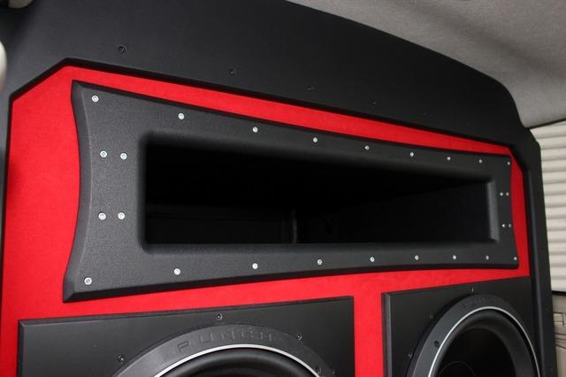 バスレフポートはブラックでベースパネルのレッドとのコントラストも鮮やか。ロックフォードイメージのデザインを込めた。