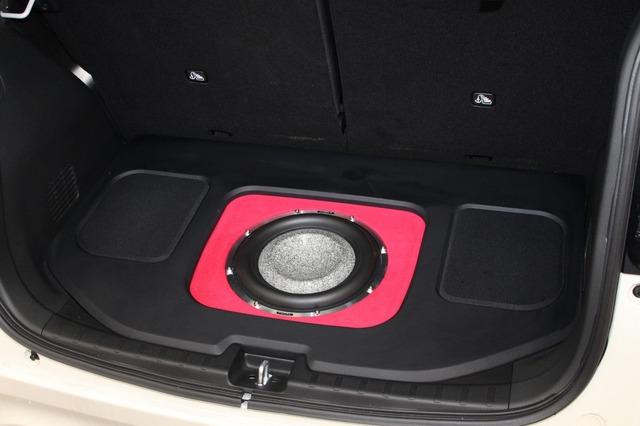 バッフル面をレッドにしトップパネルの両サイドには凹凸を付けた造形を施すなど変化を加えたデザインも見どころ。