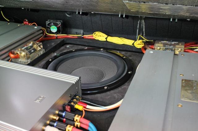 ラゲッジの奥に見えるのは新たにシステムアップを果たしたブラックスのサブウーファー・ML10だ。