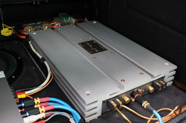 ブラックのパワーアンプは以前から使っているモデル。4chモデルのX-2400を2台用いてシステムを構築する。