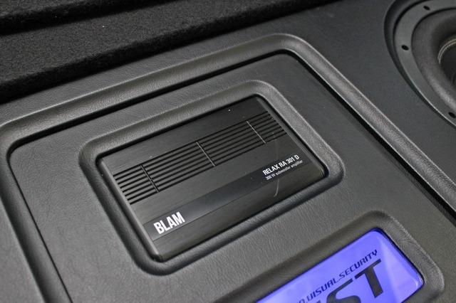 サブウーファーをドライブするパワーアンプにはブラムのRA301Dをチョイス。小型ながら十分なパワーで低音を響かせる。
