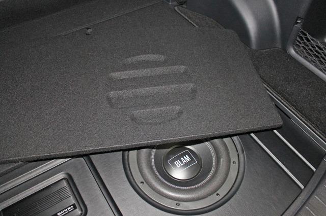 カバーの裏面を見るとサブウーファーの音抜けを考慮した処理が施されていることがわかる。