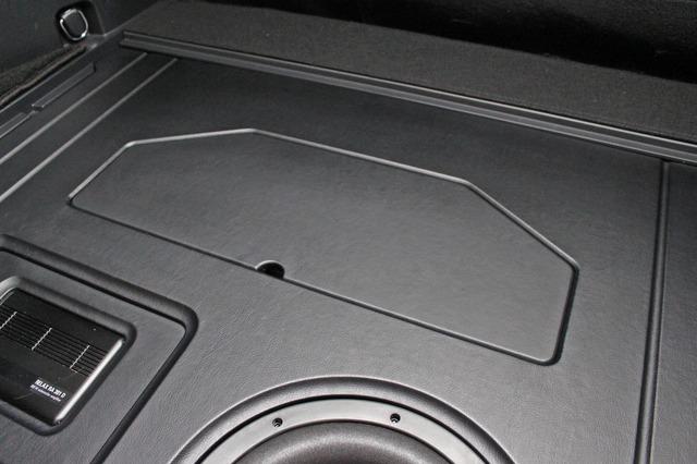 ボードの奥側には小物入れスペースを設ける。将来的にはアンプやDSの追加を見据えたスペースでもある。