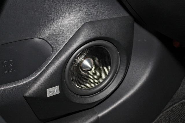 ブラムのS165.85Aのミッドバスをインストールしたドア。アウターバッフルのデザインは純正にフィットするスマートな処理。