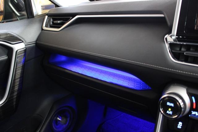 グローブボックス上部にはブルーのイルミを間接照明で用いる。車内の各所に使われているブルーのイルミと合わせた処理だ。
