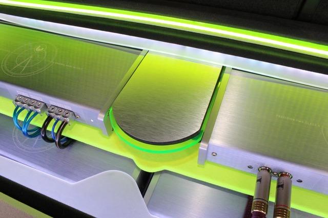 アンプをつなぐセンター部にはヘアライン処理を施したパネルを設置。2台のパワーアンプを融合させるデザイン処理の妙だ。