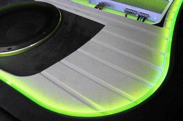 ホワイトの人工スエードで処理されたパネル面にはスリット処理が施され、平板になりがちな広い面に変化を加えている。