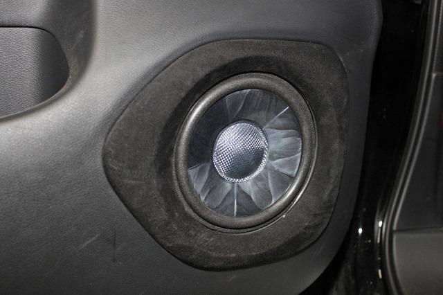 ドアにアフターバッフルで取り付けるDS-G300のミッドバス。ドアパネルにフィットするように作られたアウターバッフルがスマート。