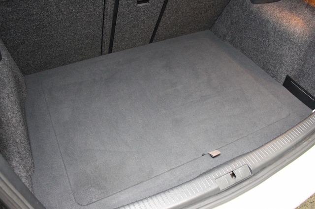 カバーを施せば完全にフラットになるラゲッジ。荷物を積み込むこともできる実用性もしっかり兼ね備える。