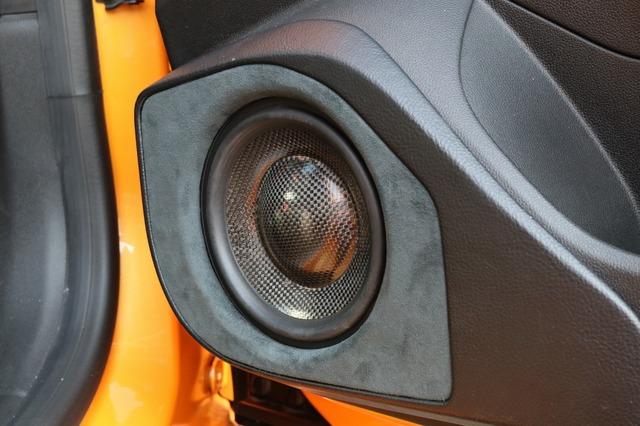 ドアのアウターバッフルも充実。音の核心となる中低域を豊かに再生するために手の込んだ取り付けが施されている。